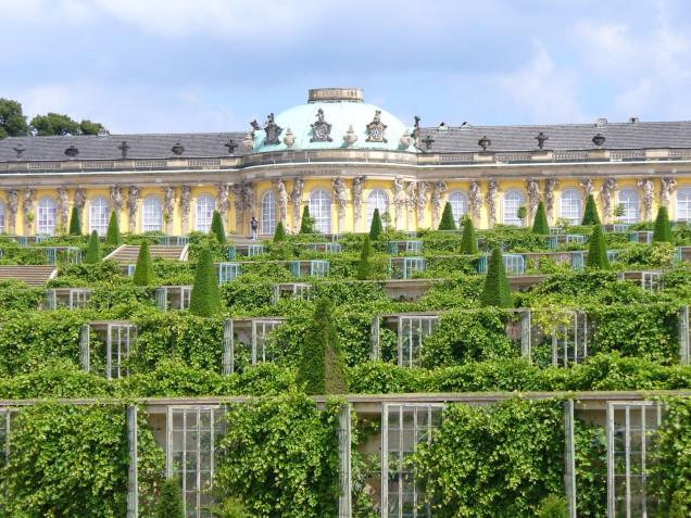 1002.Schloß_Sanssouci(frz.sans_souci_=_ohne_Sorge)_am_Hang_eines_Weinberg_1745-1747_Steffen_Heilfort